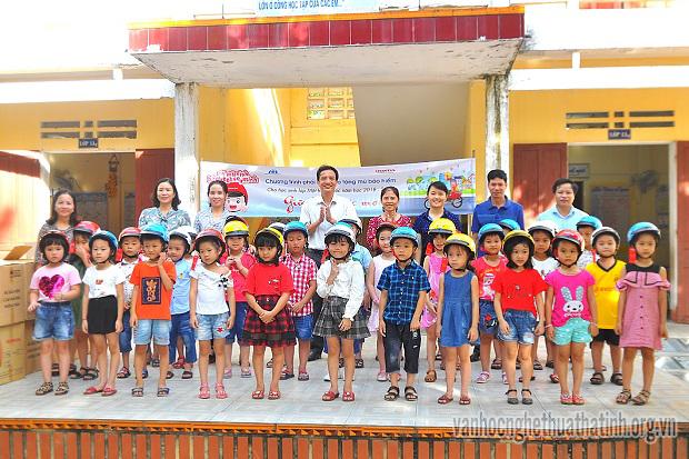 Honda Việt Nam tặng mũ bảo hiểm cho học sinh lớp 1 Hương Sơn