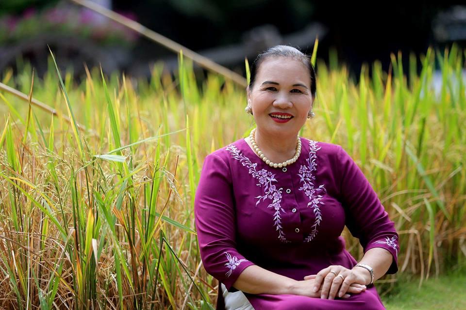 Nghệ nhân Nguyễn Hồng Oanh nặng lòng với quê hương xứ sở