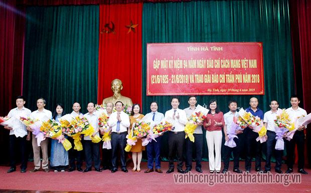 Lãnh đạo tỉnh Hà Tĩnh tổ chức gặp mặt các nhà báo và trao giải báo chí