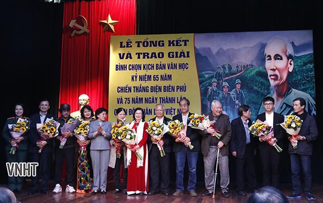 Cố tác gia Phan Lương Hảo được vinh danh tại Lễ Tổng kết và trao giải Kịch bản Văn học Kỷ niệm 75 năm Ngày thành lập Quân đội nhân dân Việt Nam