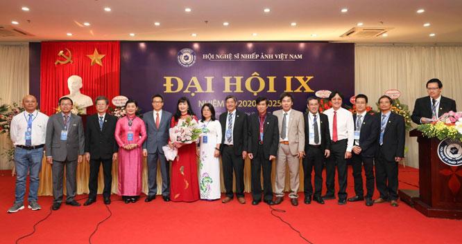 Nghệ sĩ nhiếp ảnh Trần Thị Thu Đông đắc cử Chủ tịch Hội Nghệ sĩ nhiếp ảnh Việt Nam