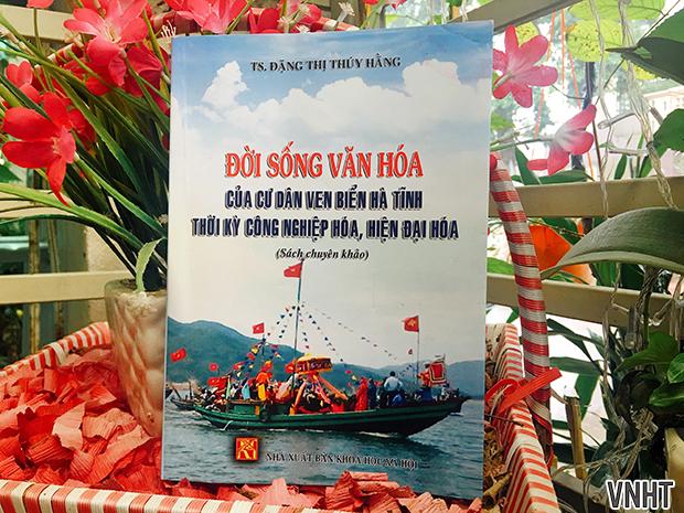 Tập sách Đời sống văn hóa của cư dân ven biển Hà Tĩnh thời kỳ công nghiệp hóa, hiện đại hóa của TS. Đặng Thị Thúy Hằng
