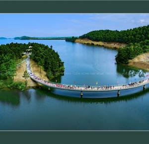 Đền thiêng trên hồ Kẻ Gỗ (Lễ thông cầu vào Đền thờ cố TBT Lê Duẩn) - Ảnh: Trần Hướng
